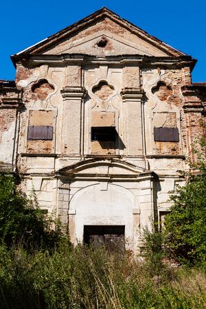 Vorderansicht einer Adelsvilla Ruine