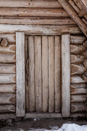 Geschlossene Holztür des traditionellen slawischen Blockes Lizenzfreie Bilder