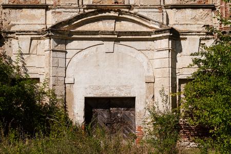 Tür Weg eines verlassenen Herrenhauses von Pflanzen überwachsen