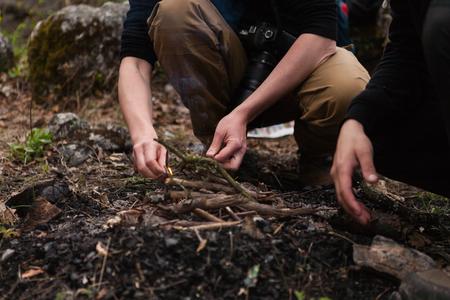 Zwei Männer machen ein Lagerfeuer in der Wildnis Lizenzfreie Bilder