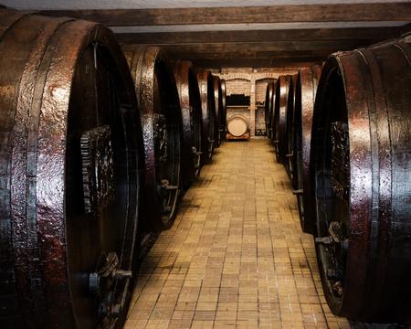 Weinkeller mit alten Holzfässern Wein