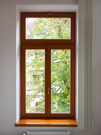 Interior moderno con ventanas de madera y persianas enrolladas. Foto de archivo