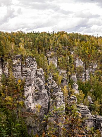 Sandstone rock formation group in Saxon Switzerland. Autumn mountain scenery Banque d'images - 140908339