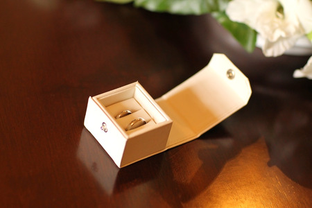 unity small flower: box with two wedding rings on a table