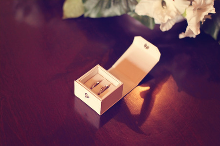 unity small flower: two wedding rings in a box on the table