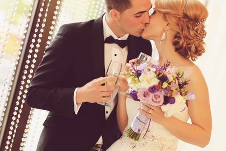 bride and groom kissing 版權商用圖片