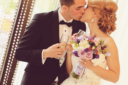 bride and groom kissing Banque d'images
