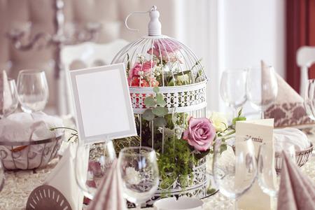 Blumen und Hochzeitstisch schön dekoriert