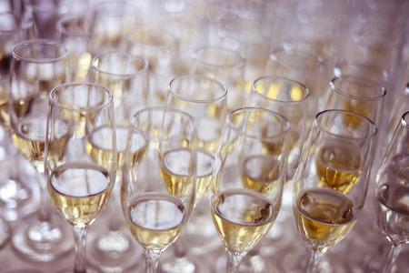 많은 와인 잔
