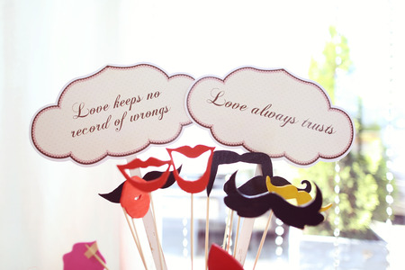 Retro wedding set on table with qoutes about love Фото со стока - 42219764