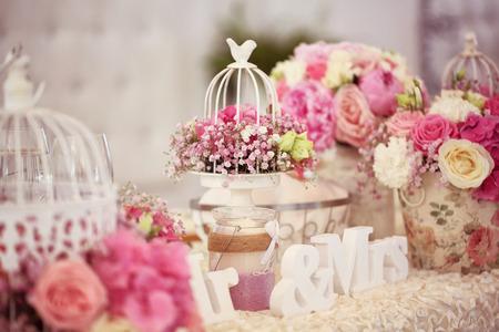 꽃으로 아름답게 장식 된 웨딩 테이블