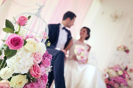 Bruid en bruidegom omgeven door bloemen