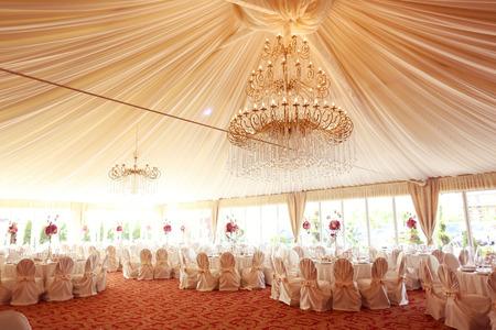 Schön dekoriert Hochzeitstische Lizenzfreie Bilder