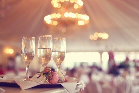 婚禮: 在餐廳的酒杯 版權商用圖片
