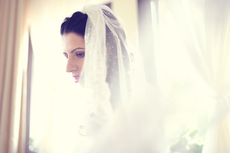 voile: Portrait of a bride covered with veil