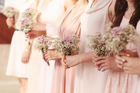 Hände der Brautjungfern, die eine schöne Schleierkraut Bouquet