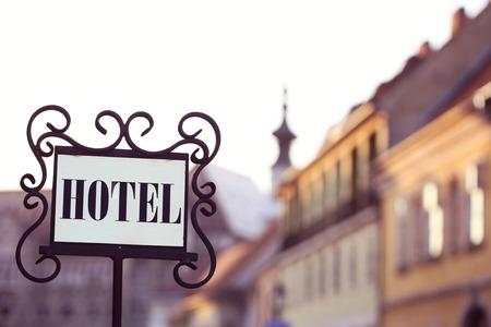 Schöne alte Hotel Schild in der Stadt