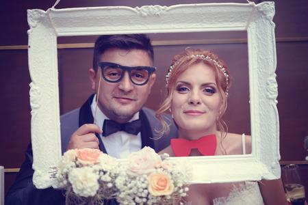 Grappige bruid en bruidegom in een wit frame