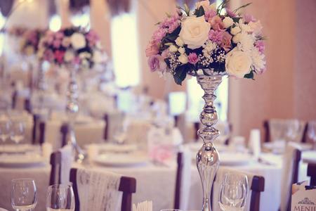 꽃으로 아름답게 장식 된 결혼식 테이블