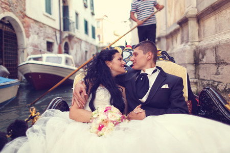 Bruid en bruidegom in Venetië, in een gondel Stockfoto