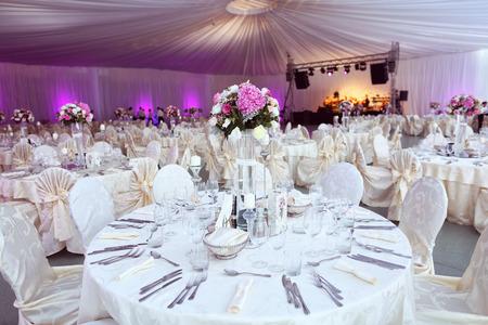 結婚式のテーブルは美しく花で飾られました。 写真素材