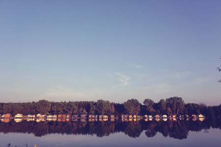 case colorate: Case colorate sul lago
