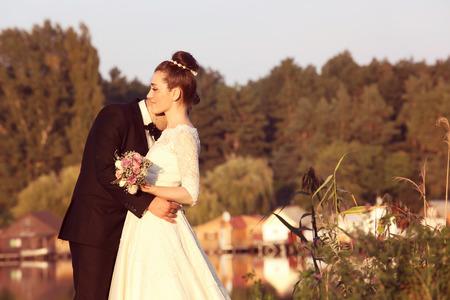 Braut und Bräutigam nahe See
