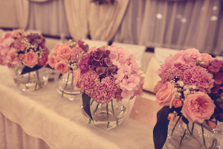 Blumen auf Hochzeitstisch
