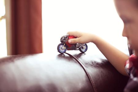 Kind, das mit dem Motorrad