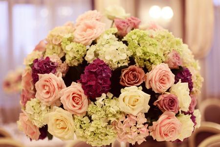 Schöner Blumenstrauß auf Hochzeitstisch
