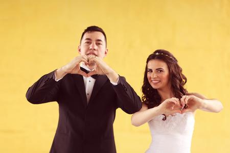making love: La novia y el novio haciendo el signo de amor