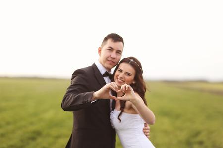faisant l amour: Les mari�s faisant signe de l'amour