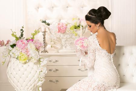 Schöne junge Frau im Hochzeitskleid Lizenzfreie Bilder
