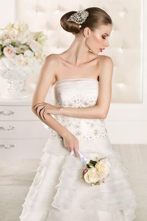 白い部屋の豪華な花嫁