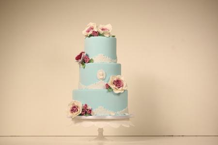 cérémonie mariage: bleu gâteau de mariage avec des roses