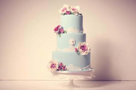 バラとブルーのウェディング ケーキ 写真素材