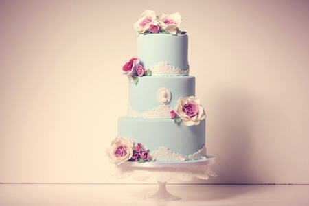 pastel boda: pastel de bodas azul con rosas Foto de archivo