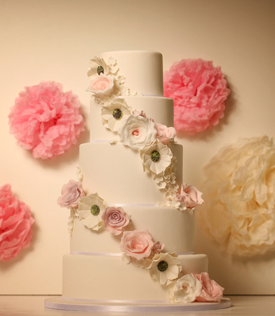 ombre cake: white wedding cake with roses