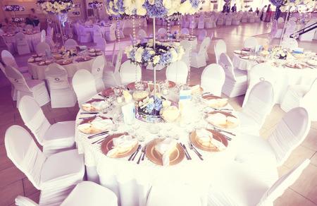 Bruiloft bloemen decoratie in het restaurant Stockfoto