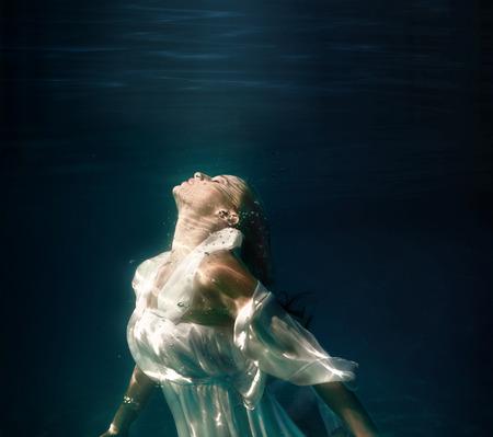 スイミング プールで水中の女の子 写真素材