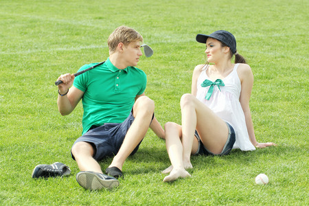 teen golf: adolescentes de relax en un campo de hierba verde