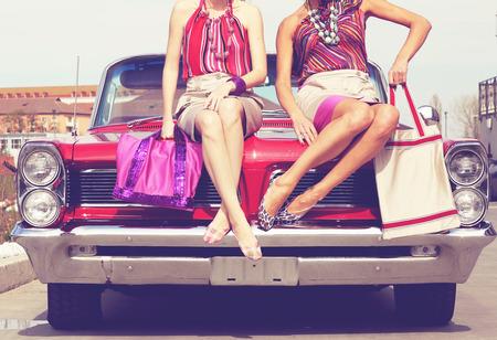 빈티지 레트로 자동차에서 포즈를 아름다운 여성의 다리 스톡 콘텐츠