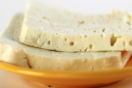 queso fresco blanco: Queso blanco en una placa de color naranja