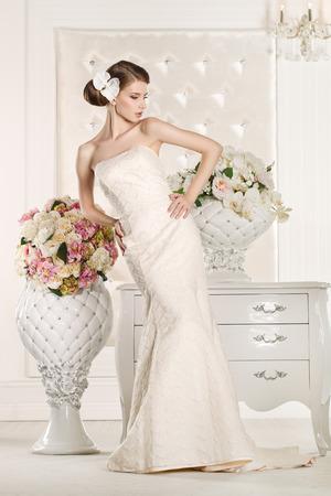 花束の花と白いドレスでゴージャスな花嫁