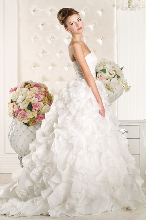 Gorgeous bride with white dress with flowers bouquet Фото со стока - 43974505