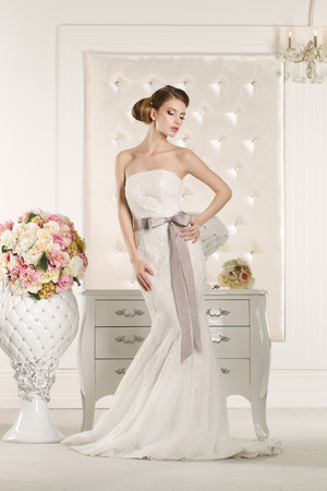 Gorgeous bride with white dress with flowers bouquet Фото со стока - 43974339