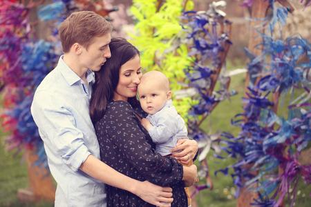 familias felices: Familia feliz en el parque