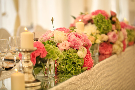 flower arrangement white table: Beautiful flower bouquet on wedding table Stock Photo