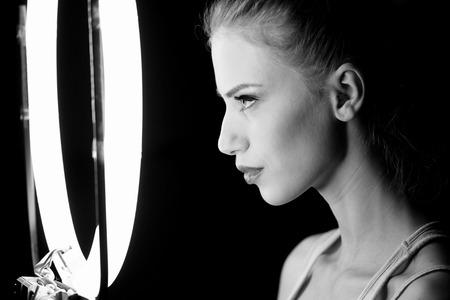 スタジオ、楽屋で美しい女性の肖像画