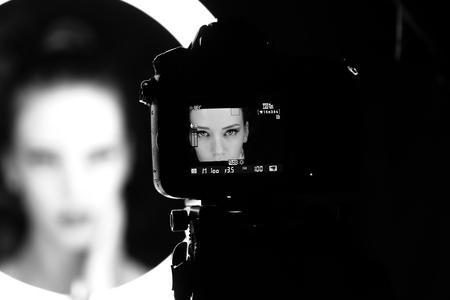 Portret pięknej kobiety w studio, za kulisami Zdjęcie Seryjne